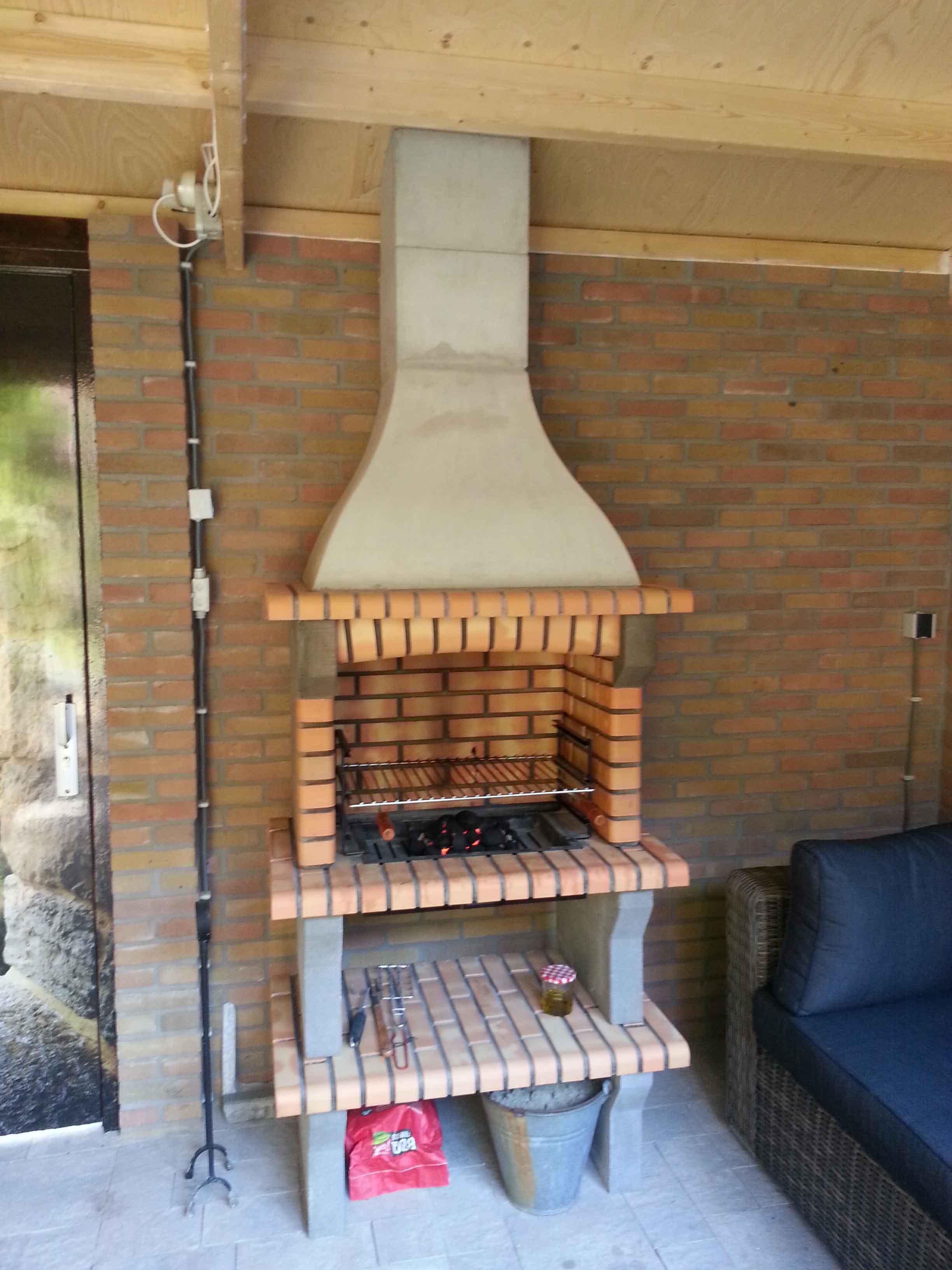 Evora 02, steen kleur Geel, grillset G3 inbouw. haard is in schuur geplaasts, rookkanaal middels pijp door dak.